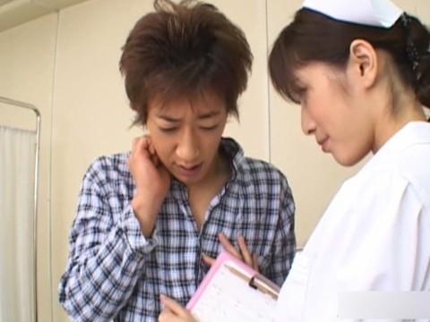 ナース服で患者のチンコを触診する淫乱看護師 Vol.1 無修正画像01