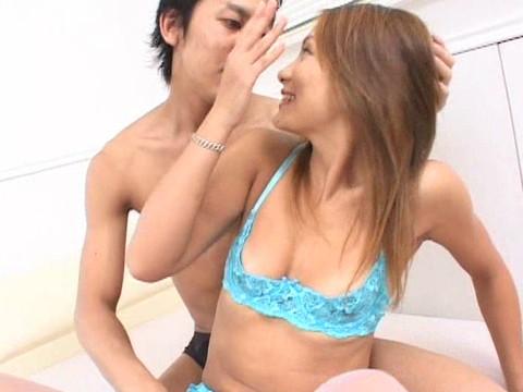 山崎亜美の乾くことのない体をクンニ 無修正画像01