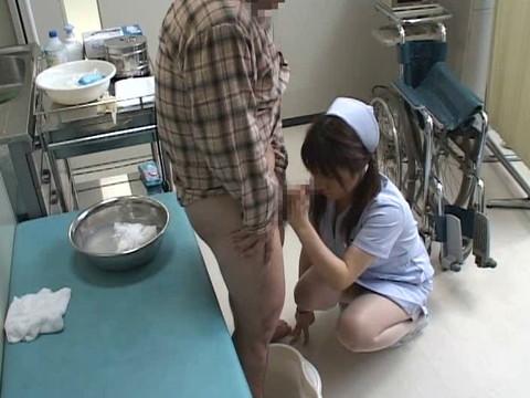 入院中は色々と欲求不満になるから看護婦さんにチンポ見せつけて抜いてもらえるか検証 Part.3 無修正画像05