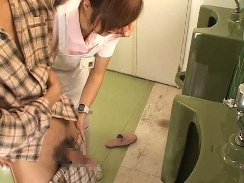 入院中は色々と欲求不満になるから看護婦さんにチンポ見せつけて抜いてもらえるか検証 Part.4 無修正画像01