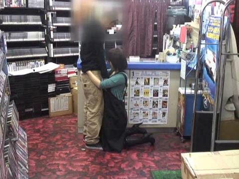 女性だけの遅番があるレンタルビデオ店で隠しカメラに映った衝撃のレイプ映像集 Vol.1 無修正画像01