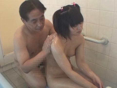幼い姪っ子と一緒にお風呂に入ってロリボディを堪能してハメたり小さなお口でフェラさせたり part.1 無修正画像04